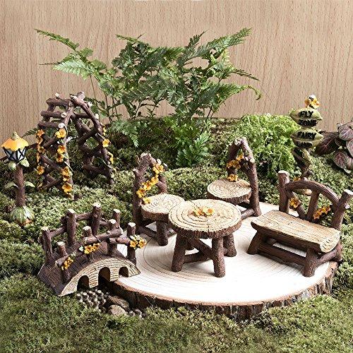 Fortag Miniatur Woodland Outdoor Fairy Garten Kollektion Möbel mit 2x Hocker / Stuhl / Tisch / hölzerne Tür Arch / Straßenschilder / Straßenlaternen / Brücke Set von 8 Stück Hand-painted Kit