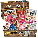 Typische DDR-Spezialitäten in einer Box - Othello Keks Wikana, Bonbons Bodeta Himbeere, Mintkissen Viba, uvm. +++ INKLUSIVE DDR-Kochbuch im A6 Format mit Rezepten zum Nachkochen Zuhause +++ Ausgesuchte Süßigkeiten in einer einigartigen Geschenkbox zusammengestellt +++ für Ossi-Männer und Ossi-Frauen als Geburtstagsgeschenk oder Präsentkorb für jeden Anlass