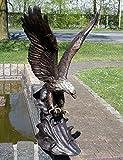 Bronzeskulptur eines Adlers mit einem Fisch aus Bronze gefertigt.