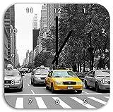 viele Taxis in New York schwarz/weiß, Wanduhr Quadratisch Durchmesser 28cm mit schwarzen spitzen Zeigern und Ziffernblatt, Dekoartikel, Designuhr, Aluverbund sehr schön für Wohnzimmer, Kinderzimmer, Arbeitszimmer