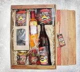 Grill Geschenke für Männer - Grillgeschenk Set als Highlight jeder Grilleinladung - Lustiges Geschenk für Grillmeister mit Grillbier, essbarer Grillkohle, Bargecue Öl, Curry Mango Senf und mehr