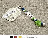 NAMENSANHÄNGER – Anhänger mit Namen | Baby Kinder Schlüsselanhänger für Wickeltasche, Kindergartentasche, Schultasche oder Rucksack mit Schlüsselring | Jungen Motiv Auto in grün