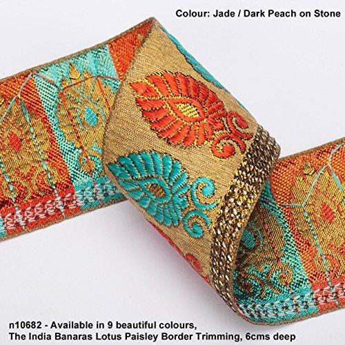 Neotrims Lotus Paisley Saribordüre, blumige Jacquard-Seide, mit Bänderrand, traditionell, auch für Salmar Kameez, Basteln und für Hausdekorationen, 6 cm breites, dekoratives Paisleymuster auf Naturfarben, Basis- und Kontrastfarben 9 leuchtende Farben, atemberaubend schön - -, Polyester, Jade / Dk Peach on Stone, 1 Meter (Sari Paisley)