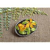 Broche de tela con flores amarillas bordadas con cintas de raso hecho a mano