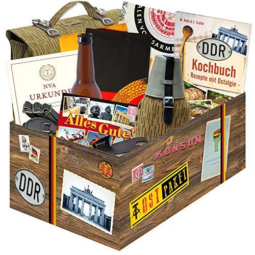 7 tlg. NVA Geschenkbox zum Geburtstag mit Original Feldflasche der NVA, Original Reservistentuch NVA, Dosenöffner DDR NVA, Flasche NVA Bier, Tragetasche der NVA DDR, DDR Fahne original 60 x 40cm und eine NVA Urkunde ++ DDR Waren Ostprodukte DDR Artikel ++ Männergeschenke Geschenk für den Papa ++ Geschenk für Männer ++ DDR Box + NVA Geschenkset DDR Paket zum Geburtstag ++ DDR Artikel Geschenkidee zum Geburtstag