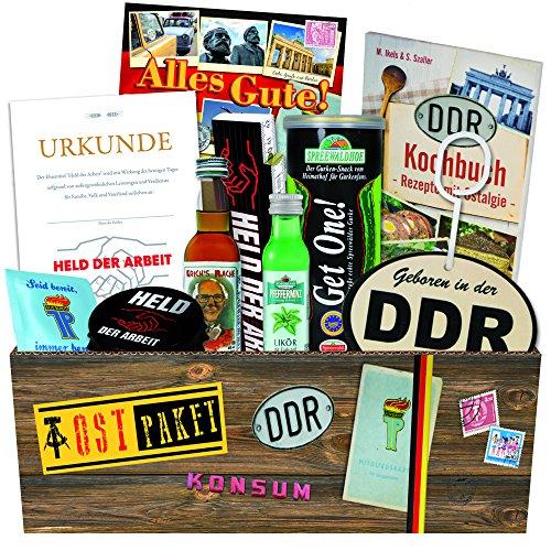 DDR Box für wahre Männer +++ 9 teiliges Geschenkset +++ DDR Waren DDR Produkte DDR Artikel in einer Ostbox +++ Geschenkidee für den Papa +++ Held der Arbeit Flaschenöffner, Gurken (Kostüm Karton Bier)