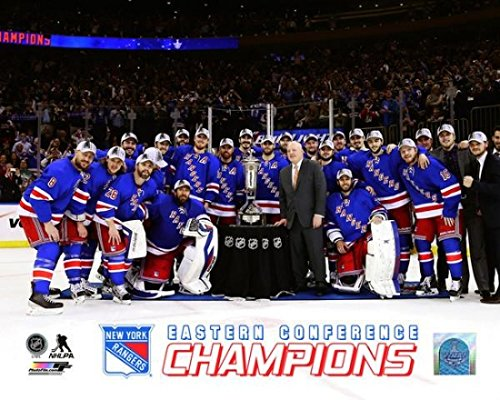 New Stanley York Cup Rangers (Posterazzi – The New York Rangers pose with the Prince of Wales Trophy after defeating the Montreal Canadiens in Game Six to win the Eastern Conference Final in the 2014 NHL Stanley Cup Playoffs at Madison Square Garden on May 29 2014. Photo Print (20,32 x 25,40 cm))