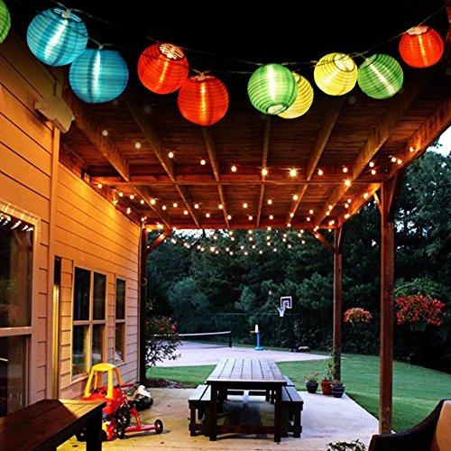 1 cables de 4,36 metros con 20 guirnaldas luminosas. Las luces tienen una forma esférica con una distancia entre cada guirnalda de 60 mm Las dimensiones de cada golbo son 70 x 80 mm. Trae dos bastones de fácil montaje para clavarlos en el suelo y fij...