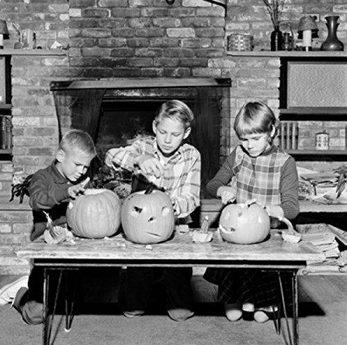 Girl and two boys preparing Jack O' Lantern for Halloween Poster Drucken (45,72 x 60,96 cm)