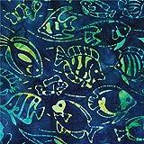 Dunkelblaugrün gebatikter Stoff mit Fischen von Robert Kaufman