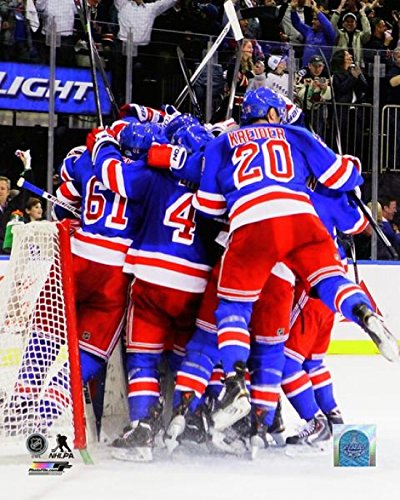 Rangers York New Cup Stanley (The New York Rangers celebrate after defeating the Montreal Canadiens in Game Six to win the Eastern Conference Finals of the 2014 NHL Stanley Cup Playoffs at Madison Square Garden on May 29 2014. Photo Print (20,32 x 25,40 cm))