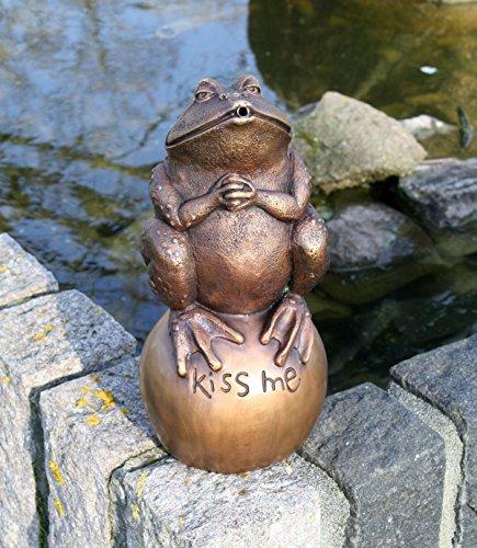 Bronzeskulptur küssender Frosch auf einer Kugel sitzend -Kiss Me- (Kiss-brunnen)