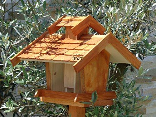 Vogelhaus+Ständer-Futterhaus-K-VOVIL4-MS-dbraun002 Großes PREMIUM-Qualität,Vogelhaus,KOMPLETT mit Ständer wetterfest lasiert, WETTERFEST, QUALITÄTS-SCHREINERARBEIT-aus 100% Vollholz, Holz Futterhaus für Vögel, MIT FUTTERSCHACHT Futtervorrat, Vogelfutter-Station Farbe braun dunkelbraun schokobraun rustikal klassisch, Ausführung Naturholz MIT TIEFEM WETTERSCHUTZ-DACH für trockenes Futter - 4