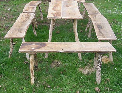 Mittelalterliche Sitzgarnitur, 1 Tisch und 3 Bänke, Flächen aus Eichenholz 25-30 mm mit wild gewachsenen Beinen, geschält, je 115 cm lang für Tavernenbestuhlung