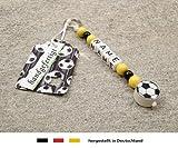 NAMENSANHÄNGER – Anhänger mit Namen | Baby Kinder Schlüsselanhänger für Wickeltasche, Kindergartentasche, Schultasche oder Rucksack mit Schlüsselring | Motiv Fussball in Vereinsfarben - schwarz, gelb