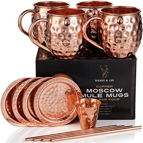 Riches & Lee Moscow Mule Kupferbecher: 4er Set - Umfasst 4 x 18oz Becher, 4 x Untersetzer, 4 x Strohhalme, 1 x Shotglas in Geschenkbox 100% Kupferzubehör Handgemachter Trinkbecher im Fass-Optik