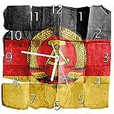Wallario Glas-Uhr Echtglas Wanduhr Motivuhr • in Premium-Qualität • Größe: 30x30cm • Motiv: DDR Flagge auf altem Papier - Schwarz Rot Gold