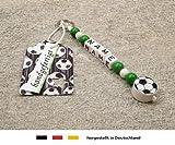 NAMENSANHÄNGER – Anhänger mit Namen | Baby Kinder Schlüsselanhänger für Wickeltasche, Kindergartentasche, Schultasche oder Rucksack mit Schlüsselring | Motiv Fussball in Vereinsfarben - grün, weiß