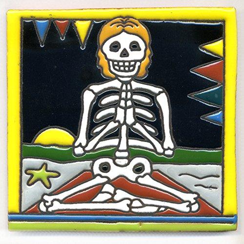 Dekofliese 010 Skelett - Yoga - zu lange meditiert - 15x15 cm, handgemacht aus Mexiko z.B. als Untersetzer für Surfer, Gothic, Gag, Halloween, Dia de los muertos.