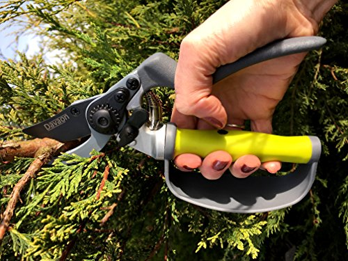 Davaon is a British manufacturer that you can always rely on for high-quality products. The Davoen Pro Bypass Secateurs have a quirky design that makes them stand out from the competition. The handles of these secateurs are like no other, with their auto-rotating feature that allows you to spread your finger and use the tool without exerting yourself. Issues such as hand fatigue, muscle cramps, and blisters are not common with these secateurs and that's really a good thing. Those who suffer from hand ailments or the elderly will benefit greatly from these secateurs.