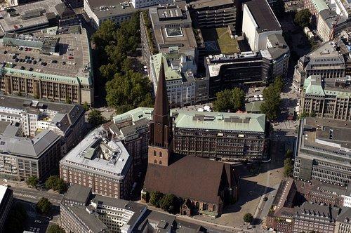 MF Matthias Friedel - Luftbildfotografie Luftbild von St.-Jakobi-Kirche in Altstadt (Hamburg), aufgenommen am 09.08.04 um 15:59 Uhr, Bildnummer: 3090-42, Auflösung: 3000x2000px = 6MP - Fotoabzug 50x75cm