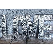Letras grandes decorativas de aluminio para formar la palabra «LOVE»