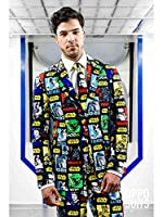 Questo abito Star Wars da uomo è sotto licenza ufficiale, della marcaOpposuits.È composto da una giacca, un paio di pantaloni, e una cravatta (camica e scarpe non incluse). Tutto labito è fatto in un tessuto con motivi Star Wars colorati su...