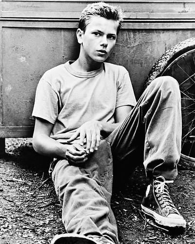 river-phoenix-as-chris-in-t-shirt-and-keds-stand-by-me-10x8-hd-metal-print