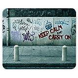 Keep Calm 10015, Keep Calm And Carry On, Designer Leder Mousepad Unterlage Mauspad Maus-Pad Stark Anti Rutsch Unterseite für Optimalen Halt mit Lebhaftes Motiv Kompatibel mit allen Maustypen (Kugel, Optisch, Laser)Ideal für Gamer und für Grafikdesigner.