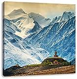 Einsamer Tempel an verschneiten Bergen in Tibet, Format: