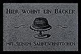 FUSSMATTE Türmatte HIER WOHNT EIN BÄCKER Beruf Geschenk Backen Hobby 60x40 cm Dunkelgrau