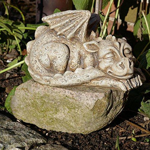 Drache Gartenfigur schlafend Schwanz im Maul Gargoyle Drachenkind Fantasy Deko
