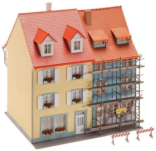 FALLER FA130494 - 2 Kleinstadthäuser mit Malergerüst