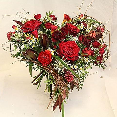 Ein frischer Blumenstrauß in rot *Herzensgrüße* dieses blumige Herz besteht aus roten Rosen und anderen roten Schnittblumen*** Hochzeitstag, Hochzeit, Geschenk für die Frau, Valendienstag = LIEBE - dieses Herz ist perfekt- Size 40 Euro