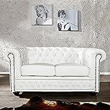 CAGÜ - Edler DESIGNKLASSIKER 2er Sofa [Winchester] Weiss aus Kunstleder im KLASSISCH ENGLISCHEN Chesterfield-Stil