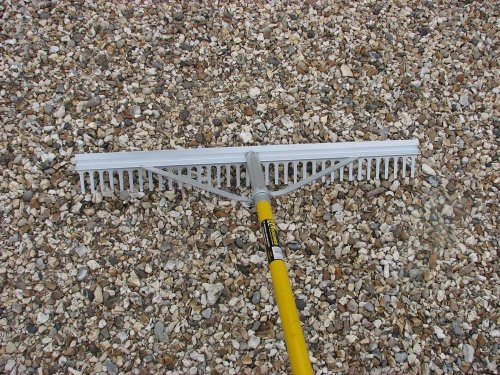 The Roughneck 68636 Aluminium Landscape Rake 36-inch is a popular choice when it comes to gravel rakes because it does more than raking gravel. You can use it for wood chippings, leaf mulch, bark and more. It boasts a 67-inch fiberglass handle, which is lightweight and durable at the same time. The head is extra wide at 36 inches and that makes it perfect for raking large areas of gravel as well as seating areas. A great characteristic of this rake is that it can be inverted to flatten a surface or use for smoothing topsoil ready for planting.