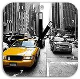 Gelbes Taxi in New York schwarz/weiß, Wanduhr Quadratisch Durchmesser 28cm mit schwarzen eckigen Zeigern und Ziffernblatt, Dekoartikel, Designuhr, Aluverbund sehr schön für Wohnzimmer, Kinderzimmer, Arbeitszimmer