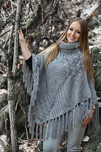 styleBREAKER warmer Strick Poncho mit Schalkragen und Fransen, Rollkragen und Zopfmuster, Damen 08010016 Beige