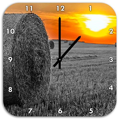 (Strohballen auf Feld Bei Sonnenuntergang Schwarz/weiß, Wanduhr Quadratisch Durchmesser 48cm mit Schwarzen Spitzen Zeigern und Ziffernblatt.)