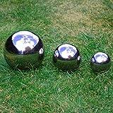 Ensemble de trois sphères de jardin en acier inoxydable poli. 6,5cm 9cm et 13cm