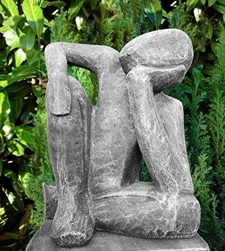 Steinfigur Träumer in Schiefergrau, abstrakte Deko-Figur für Haus und Garten, moderne Statue als Garten-figur