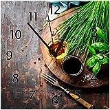 Wallario Glas-Uhr Echtglas Wanduhr Motivuhr • in Premium-Qualität • Größe: 30x30cm • Motiv: Kräuter (Basilikum, Schnittlauch), Öle und Gewürze auf Holzbrett in der Küche