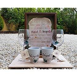 Regalo de Bodas - Pergamino con los nombres de los novios, dos tazas de desayuno personalizadas y dos copas de vino personalizadas