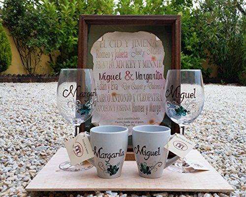 Regalo di nozze, composto da pergamena con nome degli sposi tra i nomi degli amanti più famosi, due tazze da colazione personalizzate e due bicchieri di vino