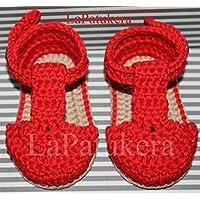 Patucos Sandalias modelo bombón para bebé de crochet, de color rojo y cámel, 100% algodón, tallas de 0 hasta 9 meses, hechos a mano en España.
