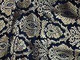 Brokat-Hochzeitskleid aus indischem Stoff mit Blumenranken auf schwarzem Hintergrund