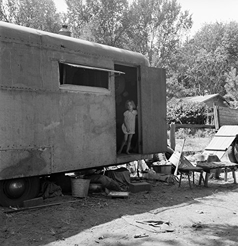 Trailer Home 1939. /NA Young Girl Standing In The Doorway of The Family Trailer In Yakima Valley Toppenish Washington State. Photograph by Dorothea Lange August 1939. Kunstdruck (45,72 x 60,96 cm)