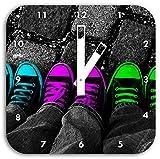 Stil.Zeit Türkis, Pink, Neon grüne Chucks Black and White, Black Background Schwarz/weiß, Wanduhr Quadratisch Durchmesser 28cm mit weißen eckigen Zeigern und Ziffernblatt.