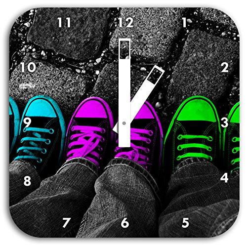 Stil.Zeit Türkis, Pink, Neon grüne Chucks Black and White, Black Background Schwarz/weiß, Wanduhr Quadratisch Durchmesser 28cm mit weißen eckigen Zeigern und Ziffernblatt. (Jungs Für Emo Kleidung)