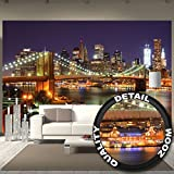 Fototapete New York Wandbild Dekoration Brooklyn Bridge bei Nacht leuchtende Wolkenkratzer Skyline Wall Street USA Deko | Foto-Tapete Wandtapete Fotoposter Wanddeko by GREAT ART (336 x 238 cm)